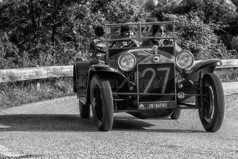 佩萨罗COLLE圣BARTOLO,意大利- 2018年5月17日- :在集会Mille Miglia的蓝旗亚LAMBDA VII SERIE CASARO 1927老赛车2018 t 图库摄影