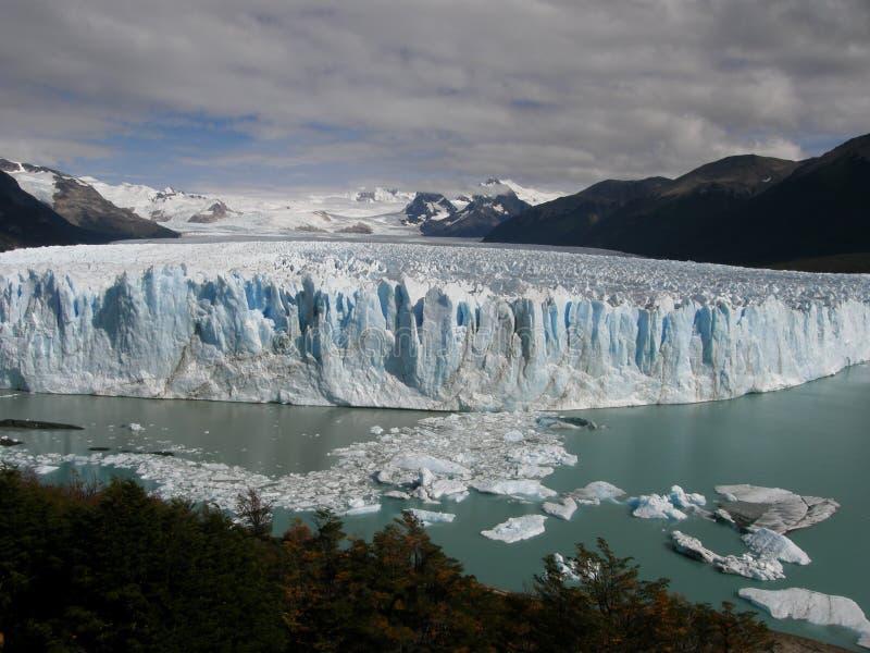 佩里托莫雷诺冰川产犊到湖(Lago)在埃尔卡拉法特,巴塔哥尼亚,阿根廷附近的Argentino里 库存照片