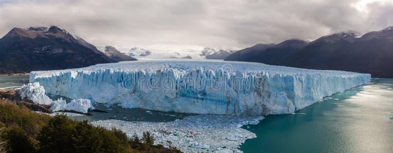 佩里托莫雷诺冰川的全景pic在埃尔卡拉法特市,在巴塔哥尼亚南部在阿根廷 免版税库存照片