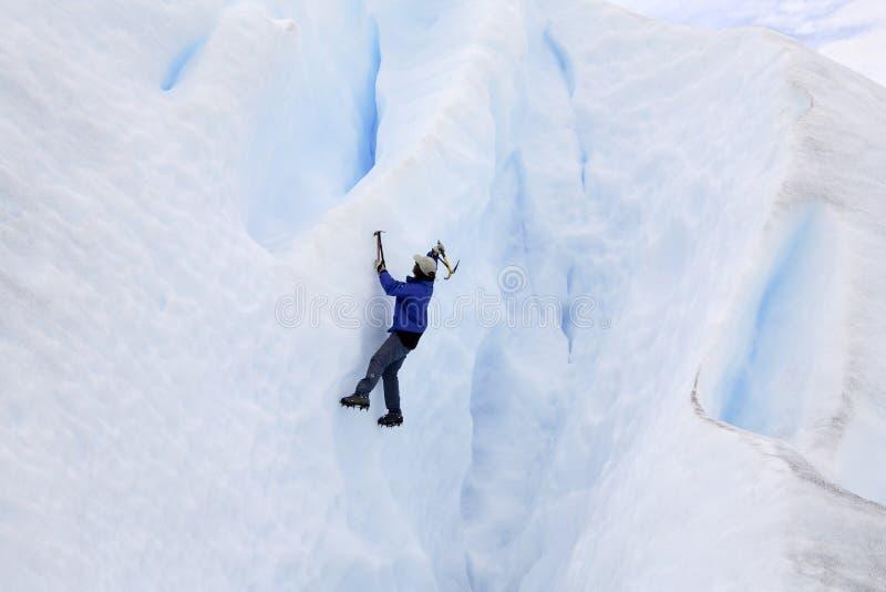 佩里托莫雷诺冰川的冰登山人 免版税库存照片