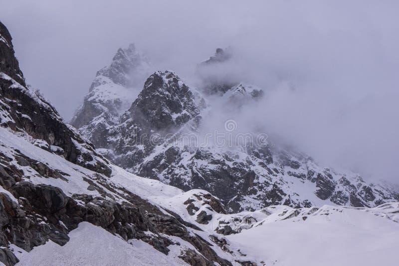 使上升在Chalaadi冰川的山模糊 免版税库存图片