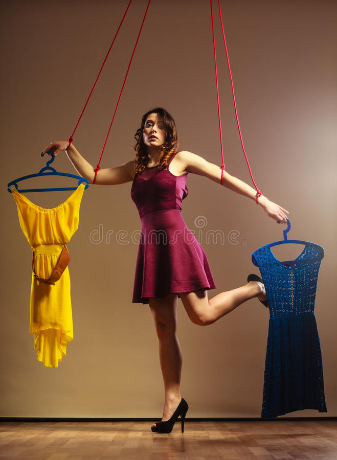 使上瘾对有衣裳的购物的妇女女孩牵线木偶 免版税库存图片