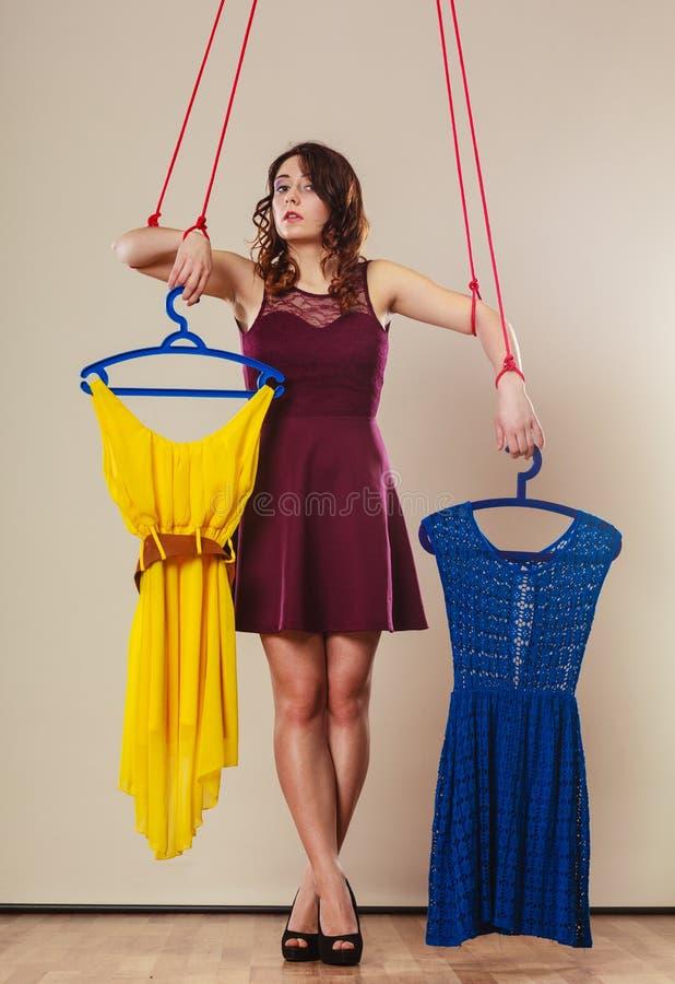 使上瘾对有衣裳的购物的妇女女孩牵线木偶 免版税图库摄影