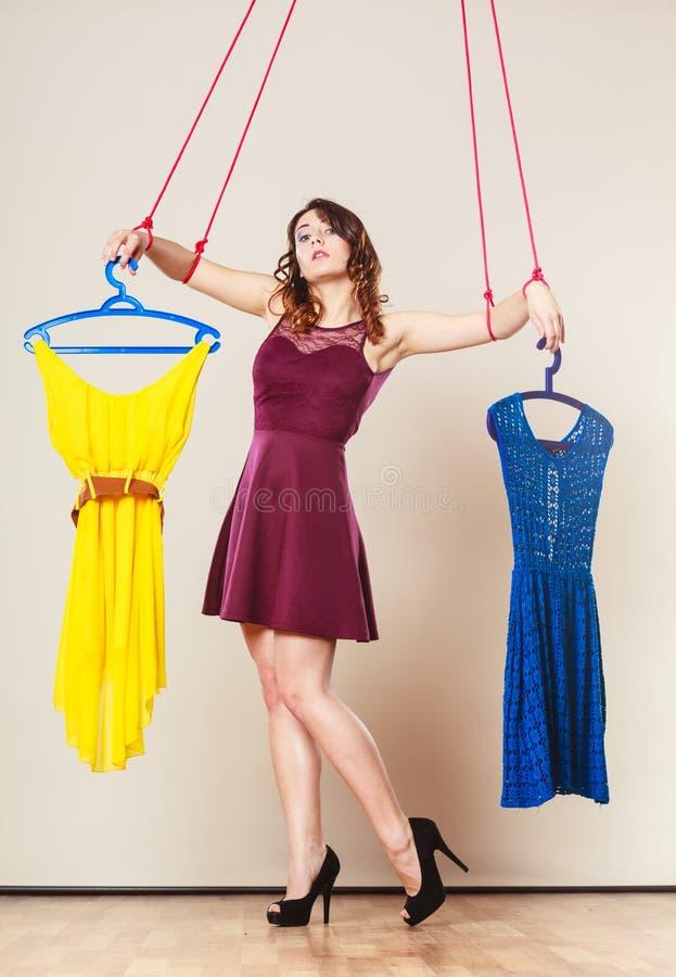 使上瘾对有衣裳的购物的妇女女孩牵线木偶 库存图片