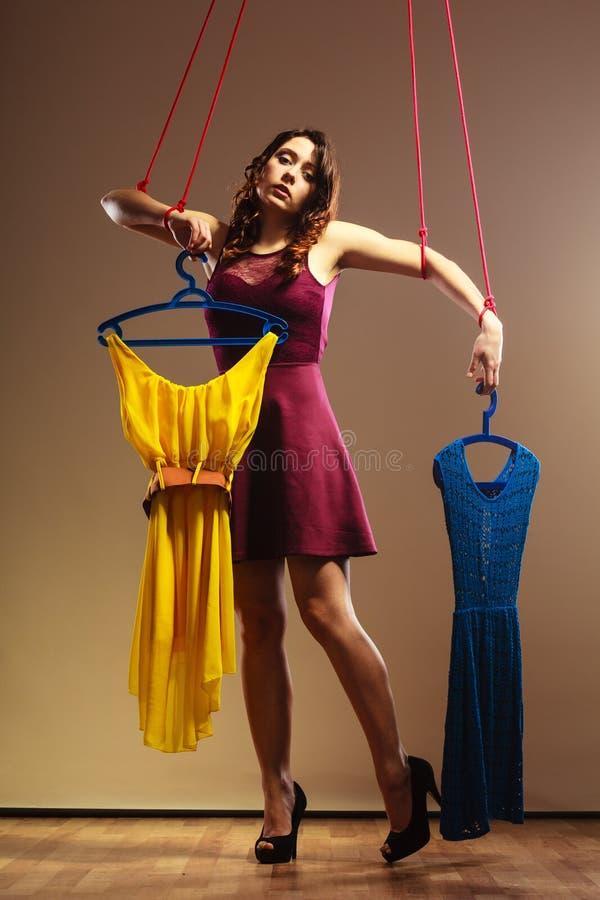 使上瘾对有衣裳的购物的妇女女孩牵线木偶 图库摄影