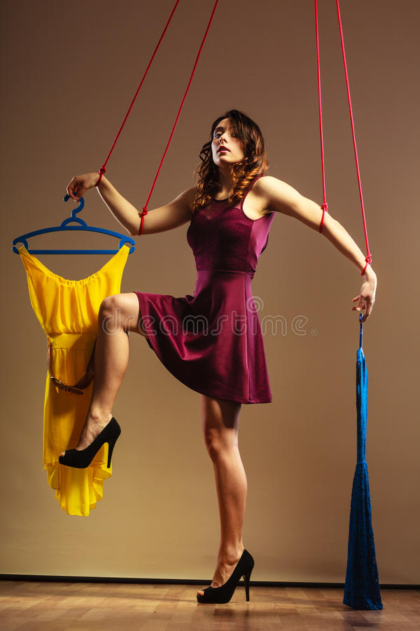 使上瘾对有衣裳的购物的妇女女孩牵线木偶 免版税库存照片