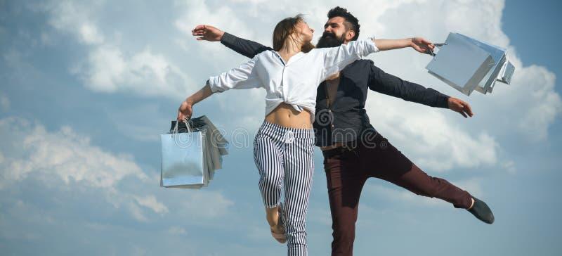 使上瘾对购物的Shopaholics Shopaholic?? shopaholics愉快的夫妇喜欢一起做购物 库存图片