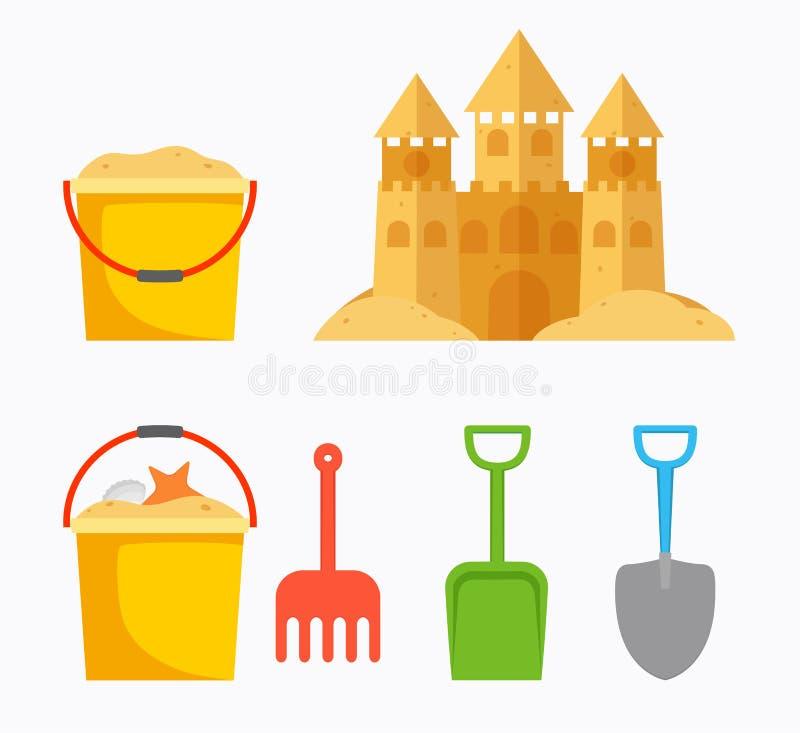 使与儿童` s桶,沙子桶,铁锹的沙子城堡靠岸 皇族释放例证