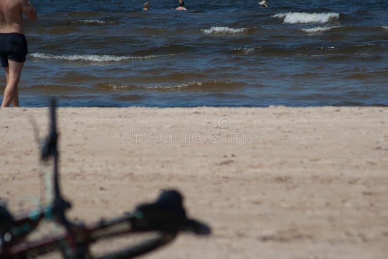 使与去的自行车和的人的海视图靠岸游泳 免版税库存图片