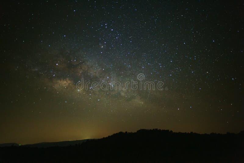 使与星和空间尘土的银河星系环境美化在univ 免版税库存照片