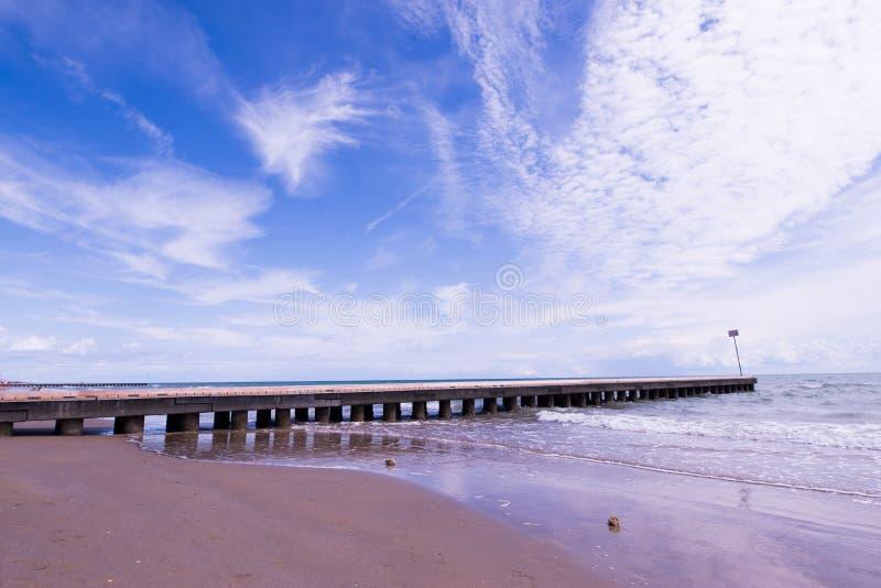 使与海的码头和波浪的风景靠岸沙子的 免版税库存照片