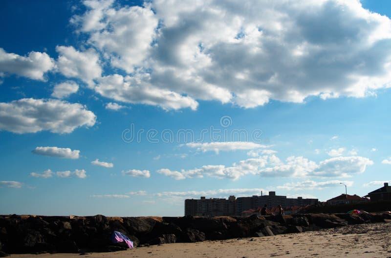 使云彩靠岸 库存照片