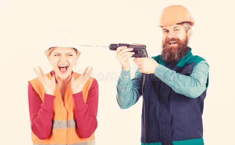 使他的妻子困恼的丈夫 有愉快的面孔钻子的人 免版税库存图片