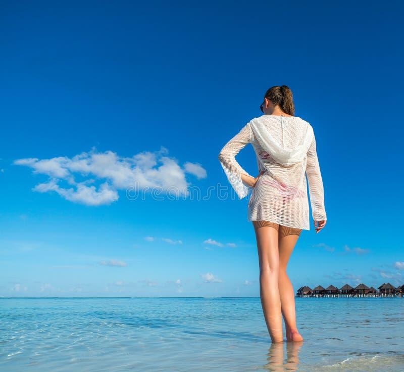 使假期靠岸 享用热的美丽的妇女看bea看法  免版税库存照片