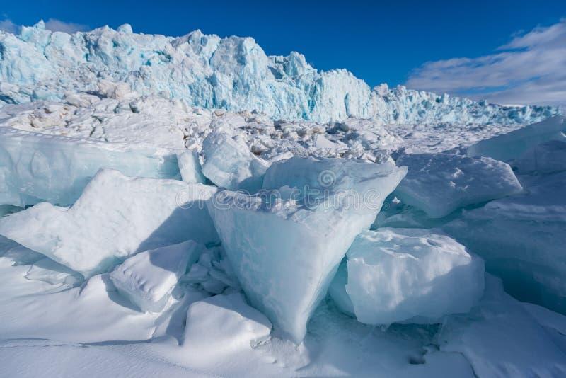 使卑尔根群岛朗伊尔城斯瓦尔巴特群岛北极冬天极性阳光天冰川山环境美化的本质  免版税图库摄影