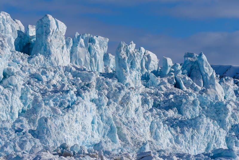 使卑尔根群岛朗伊尔城斯瓦尔巴特群岛北极冬天极性阳光天冰川山环境美化的本质  免版税库存图片
