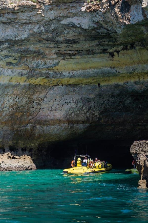 使参观陷下,观看小船经验在Benagil海滩,阿尔加威,葡萄牙,欧洲 库存照片