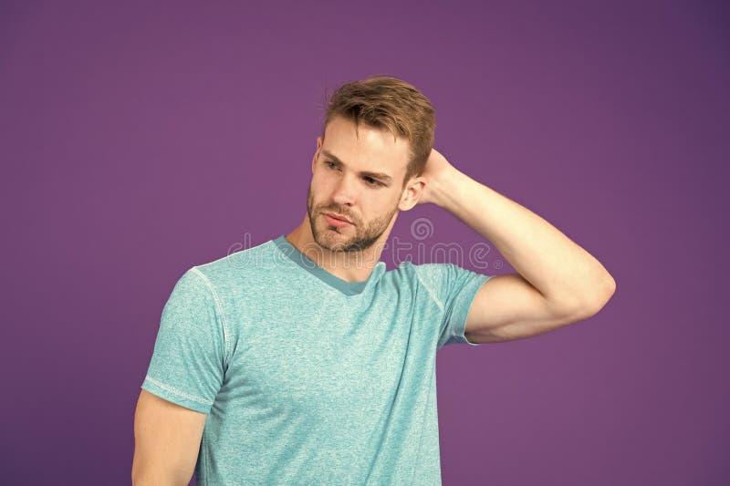 使发型更好的简单的文丐 使用称呼头发的正确的产品 确信与整洁的发型 理发师发型 图库摄影