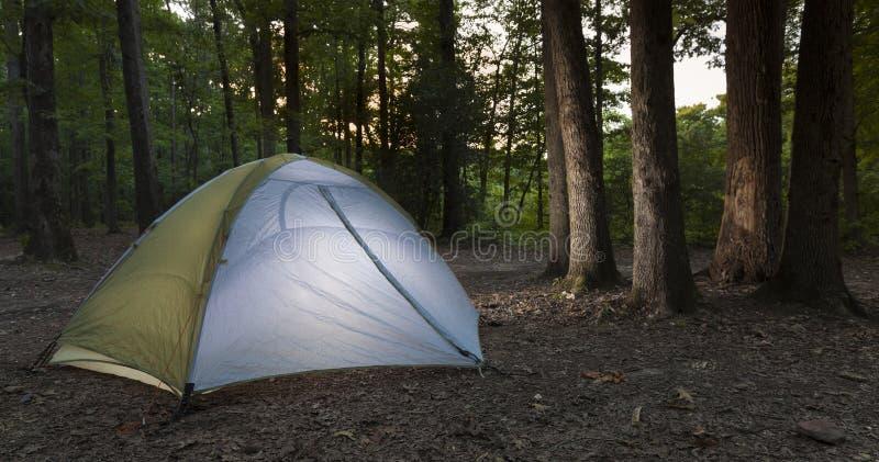 使变暗的露营地在北卡罗来纳 免版税库存图片