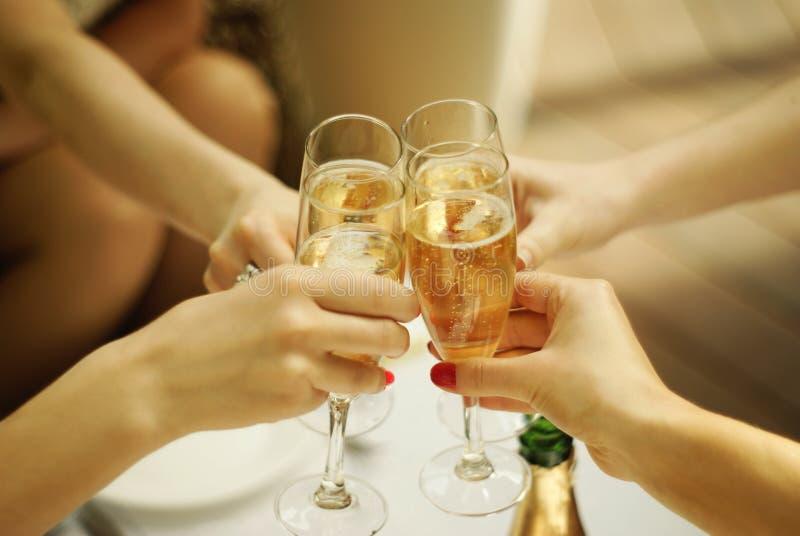 使叮当响的杯香槟 免版税库存图片