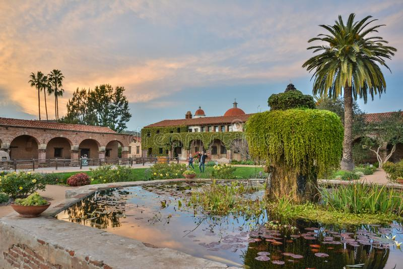 使命圣胡安卡皮斯特拉努庭院在加利福尼亚 图库摄影