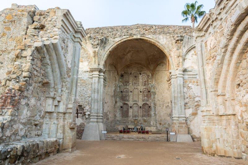 使命圣胡安卡皮斯特拉努的伟大的石教会在加利福尼亚 库存照片