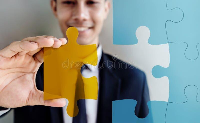 使命完全概念 在黑人隋的愉快的微笑的商人 图库摄影
