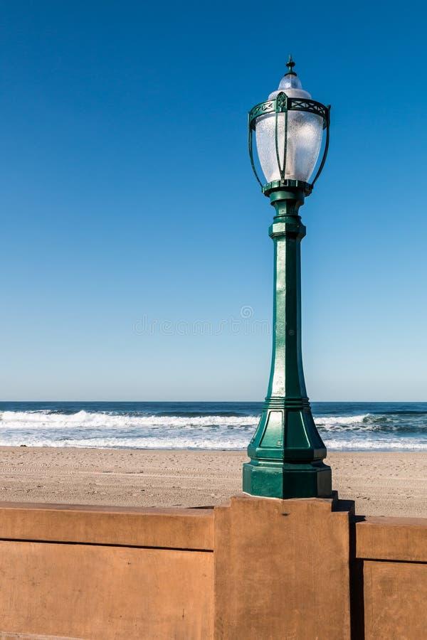使命海滩木板走道路灯柱在圣地亚哥 库存图片
