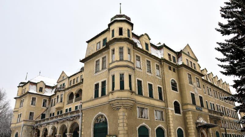 使圆山大饭店荒凉被放弃的大厦皇家在Piestany,斯洛伐克在冬天期间2017年 免版税图库摄影