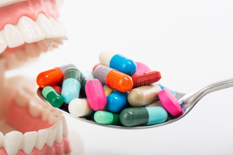 使在匙子的药片服麻醉剂您的治疗的您的健康 免版税图库摄影