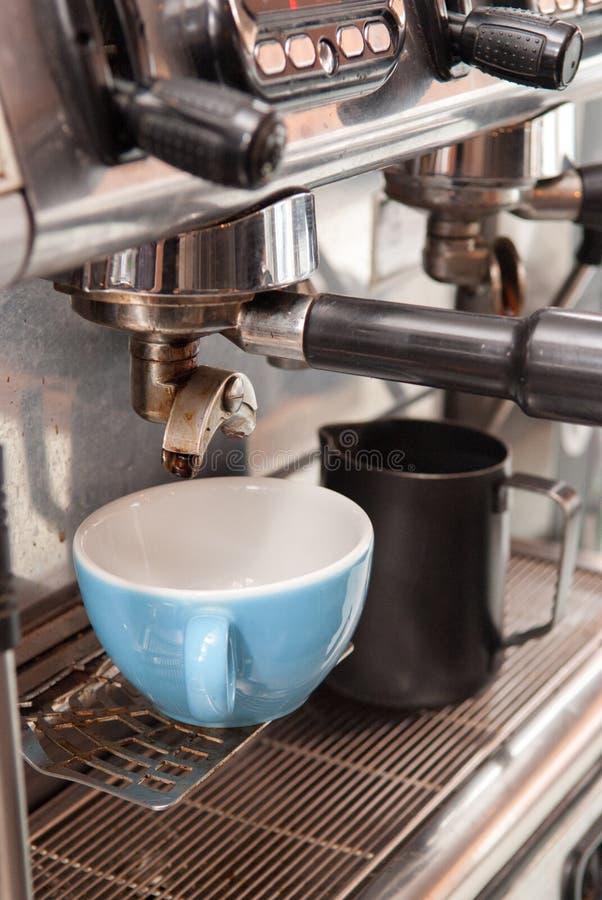 使在咖啡馆的商业咖啡机器准备好倒咖啡 库存图片