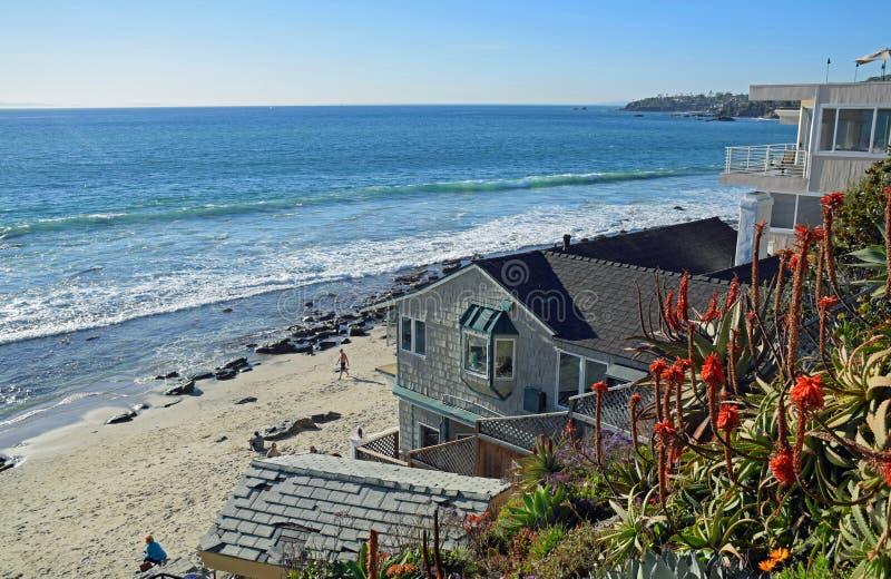 使在拉古纳海滩,加利福尼亚的旁边家庭俯视的克力街海滩靠岸 库存图片