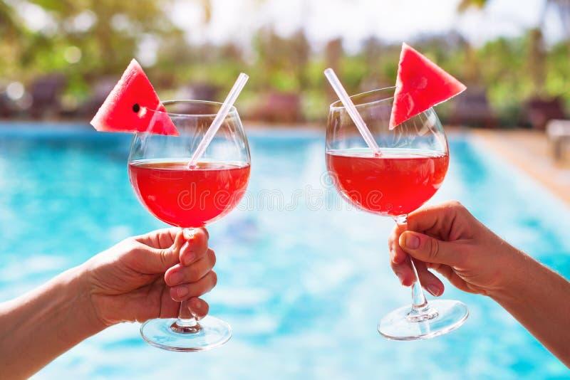 使在旅馆手段的假日,夫妇饮用的鸡尾酒靠岸 库存图片