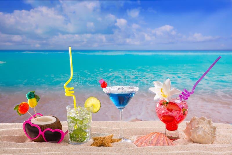 使在白色沙子mojito蓝色夏威夷的热带鸡尾酒靠岸 库存照片