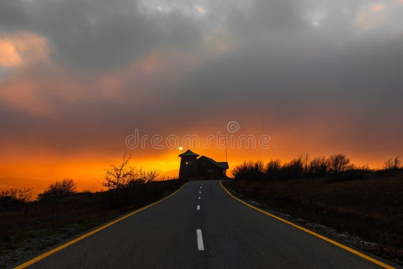 使在路的美好和五颜六色的日落惊奇 免版税库存照片