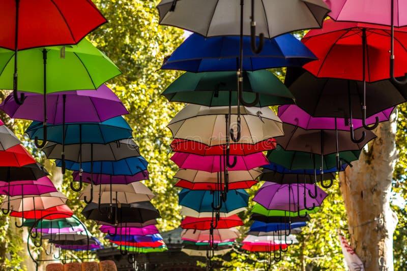 使垂悬在的树的五颜六色的伞环境美化看法  图库摄影