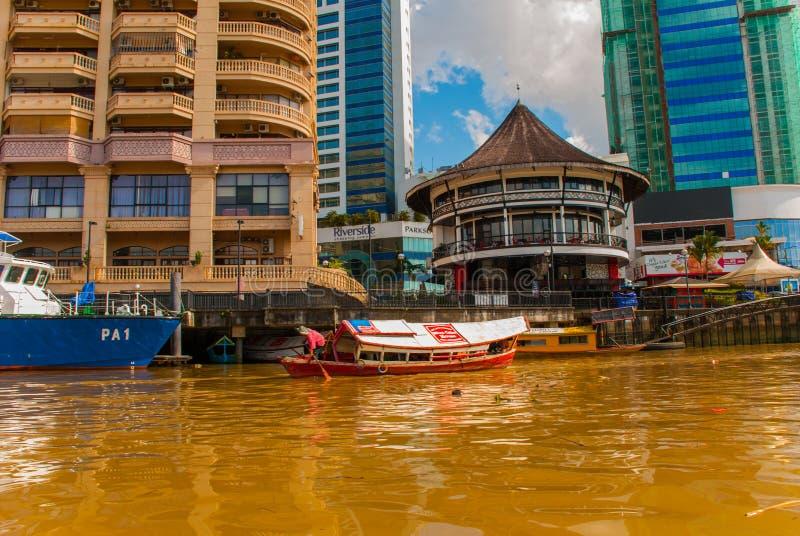 使城市和沙捞越河的看法环境美化 游人的地方传统小船 古晋,婆罗洲,马来西亚 库存图片