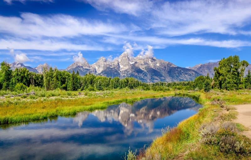 使大提顿峰山环境美化看法与水反射的, 库存照片