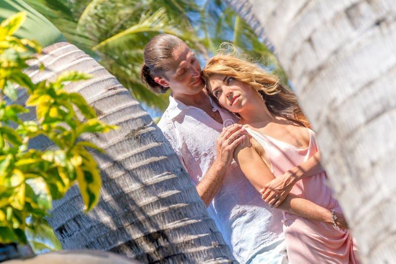 使夫妇靠岸在浪漫旅行蜜月假期夏天 库存图片