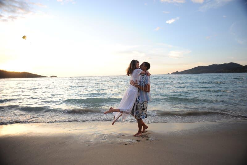 使夫妇年轻人靠岸 免版税库存照片