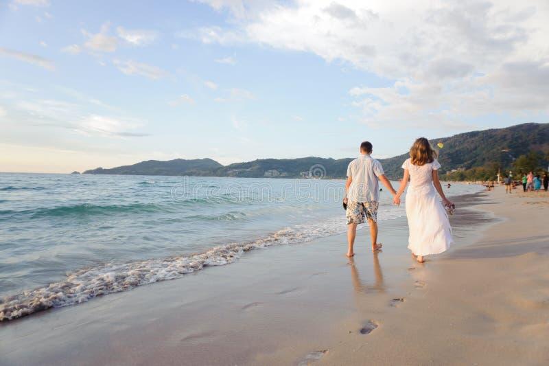 使夫妇年轻人靠岸 免版税库存图片