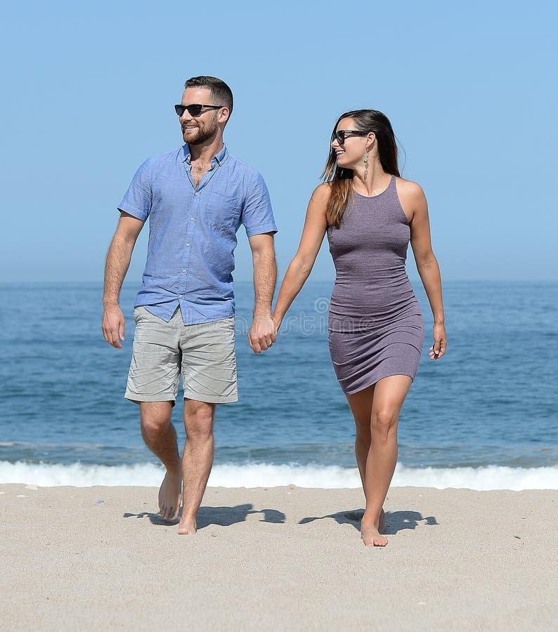 使夫妇年轻人靠岸 图库摄影