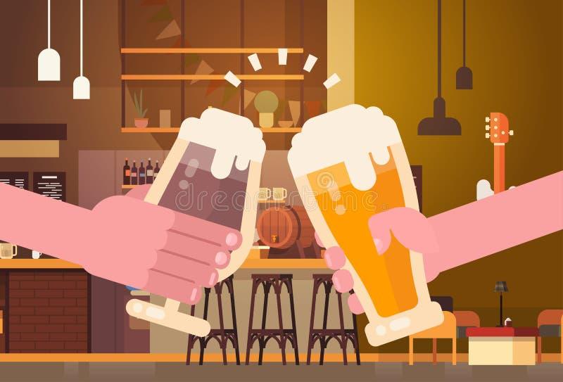 使客栈或酒吧餐馆欢呼的党庆祝节日概念的手啤酒人叮当响 库存例证