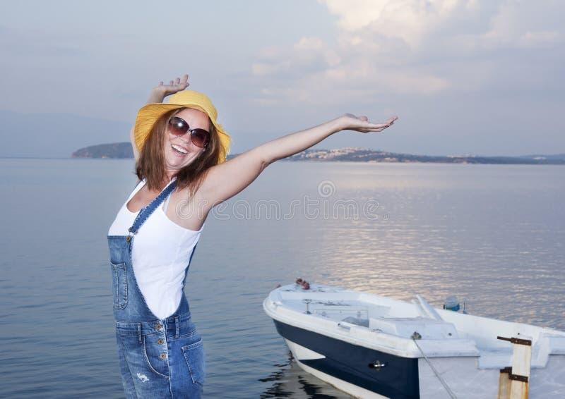 使布赖顿椅子日甲板英国节假日懒人海边有风夏天的星期日靠岸 图库摄影
