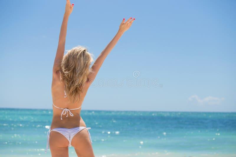 使愉快的妇女靠岸 免版税库存照片