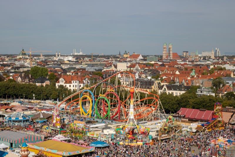使成环在oktoberfest的过山车奥林匹亚在慕尼黑与 库存图片