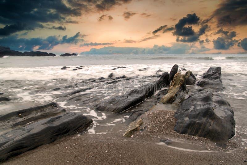 使接合和坚固性岩石环境美化海景在海岸线的与 库存图片