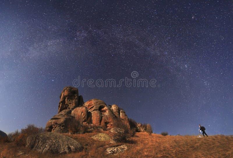 使摄影师环境美化射击满天星斗的山和令人惊讶 免版税库存照片