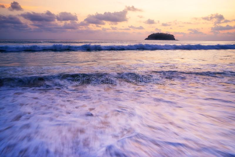 使日落或日出靠岸与五颜六色天空在微明下 免版税库存照片