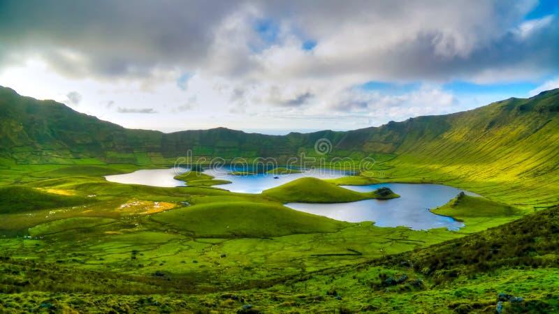 使日落视图环境美化对Caldeirao火山口, Corvo海岛,亚速尔群岛,葡萄牙 免版税库存图片